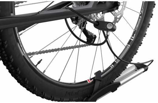 Cykeln kan låsas fast i cykelhållaren som i sin tur kan låsas fast i takräcket (lås ingår)