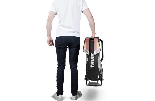 Ergonomisk transport av cykelhållaren med hjälp av de integrerade bärhandtagen