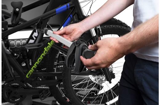 Enkel lastning av cyklar tack vare löstagbara cykelarmar med Thule AcuTight momentbegränsande vred som klickar när det optimala vridmomentet har uppnåtts